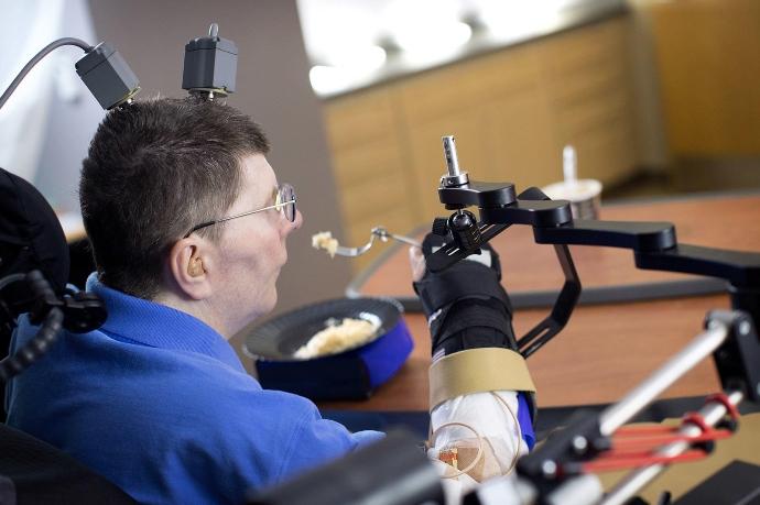 Новая технология позволила парализованному человеку двигать рукой за счет силы мысли