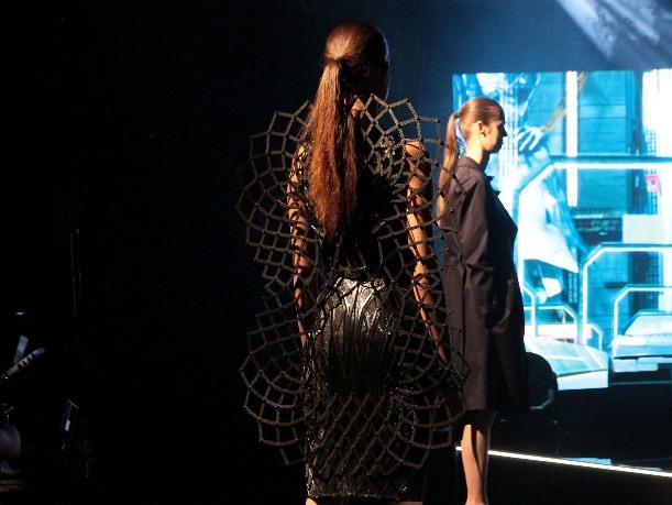 На Парижской неделе моды дизайнеры грезят об электрических нарядах