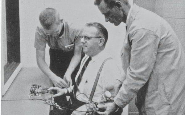 9 из 10 участников современного эксперимента Милгрэма охотно бьют током других людей, если на этом настаивает находящийся рядом учёный