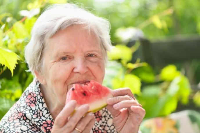 Потребление пять раз в день свежих фруктов и овощей спасут в старости от маразма