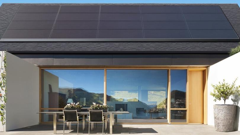 Tesla представила солнечную панель, которую можно устанавливать поверх существующей кровли на крыше
