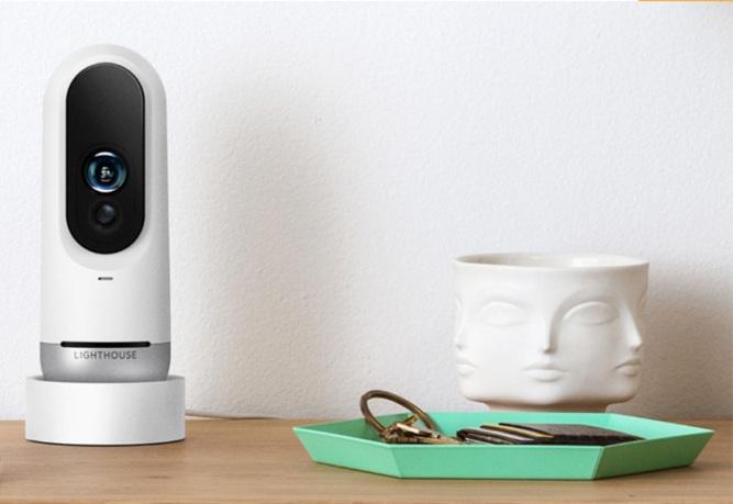 Камера системы безопасности Lighthouse использует искусственный интеллект для идентификации людей и домашних животных