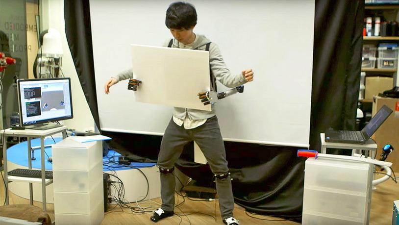 Надеть пару металлических роботизированных рук не сложнее, чем надеть рюкзак