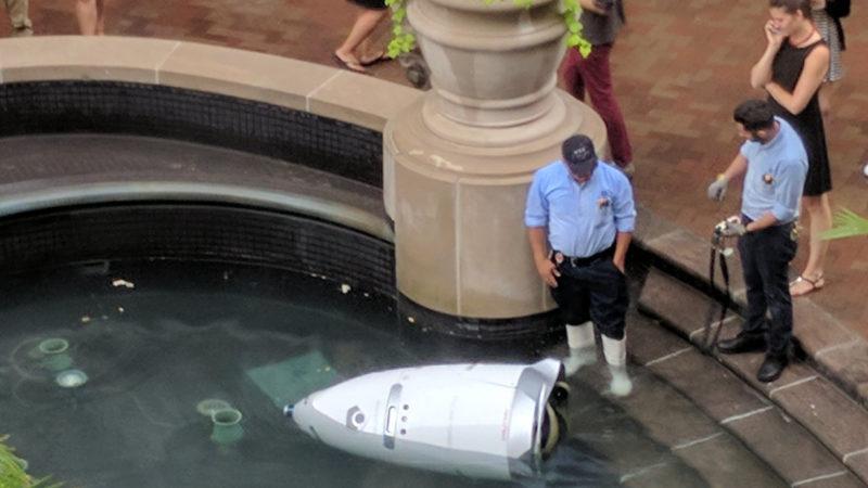 Робот-охранник «совершил самоубийство» в американском торговом центре