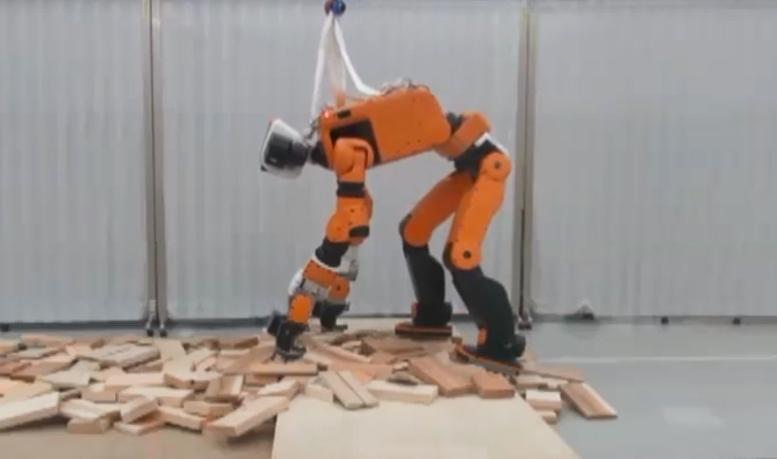 Японский робот-спасатель может подниматься по приставным лестницам