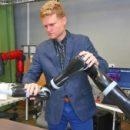 Исследователи разрабатывают способ тренировки роботов с помощью нежного подталкивания
