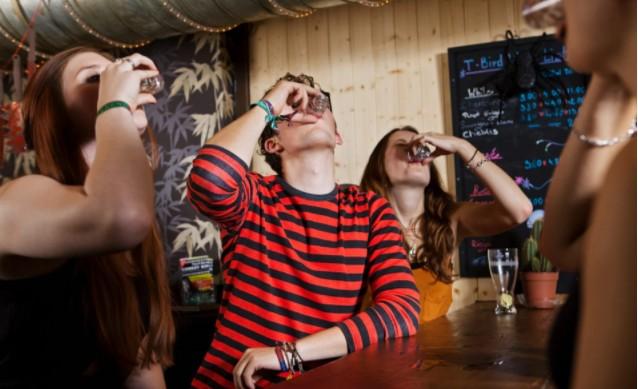 Предупреждение родителям: предложение алкоголя подросткам в семье в дальнейшем приводит к пьянству