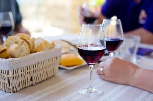 Химические вещества, содержащиеся в красном вине, могут способствовать сохранению ваших зубов
