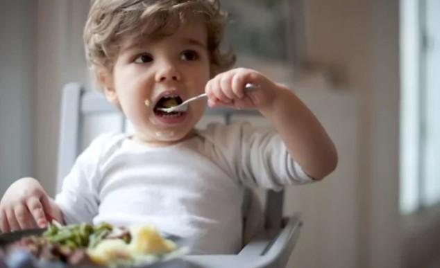 Обтирание младенцев влажными салфетками может привести к пищевой аллергии