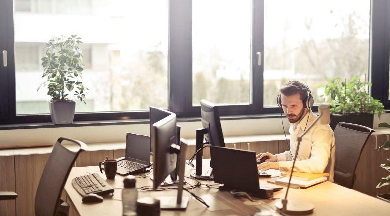 Если вы часто на работе слушаете музыку, это может изменить ваш способ мышления
