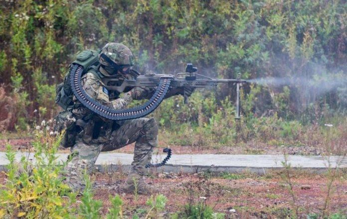 Россия присматривается к устройству для подачи патронной ленты из боевика «Хищник»