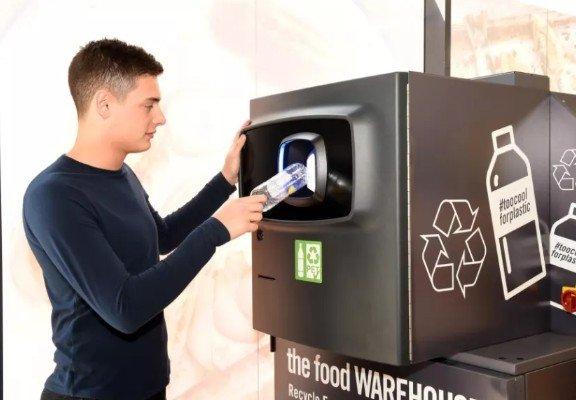 В мире получают распространение утилизационные торговые автоматы, выдающие деньги за сдачу в переработку пластиковых бутылок