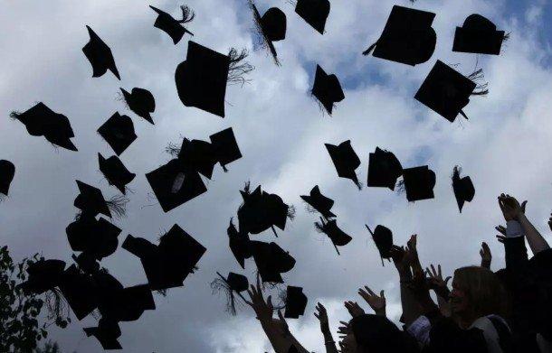 Студенты получают большее удовлетворение и чувствуют себя счастливее, когда полностью загружены учебой