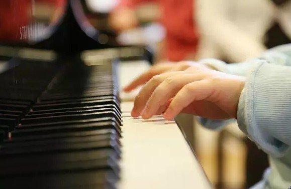 Игра на фортепиано улучшает языковые навыки