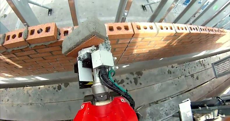 Робот-каменщик «Адриан» за день возводит стены дома, заменяя собой команду строителей