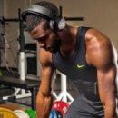 Спортсмены готовятся к Олимпийским играм, проводя тренировки в наушниках, стимулирующих головной мозг