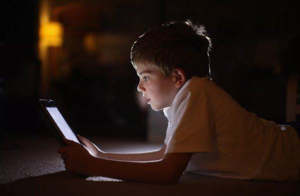 Детям можно проводить перед экранами гаджетов не более двух часов в день