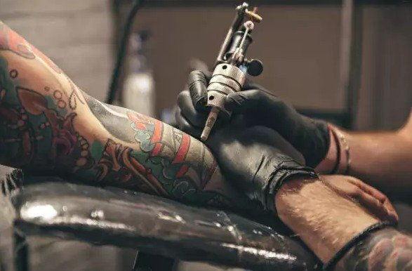 Некоторые чернила для татуировки могут запретить в связи с наличием в них канцерогенов