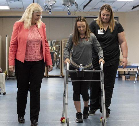 Парализованные пациенты получают возможность ходить с помощью имплантата, который позволяет сигналам нервов обойти травмированный участок