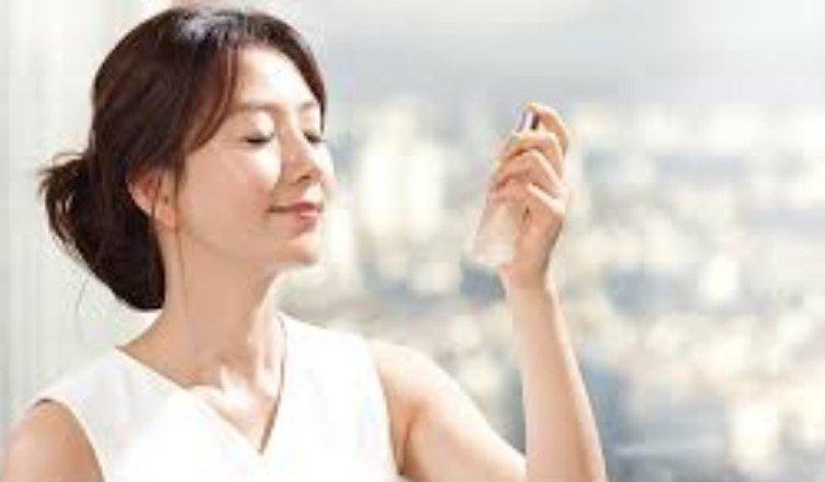 Распыление на лицо мелкодисперсных водяных частиц значительно улучшает влажность и эластичность кожи у взрослых женщин