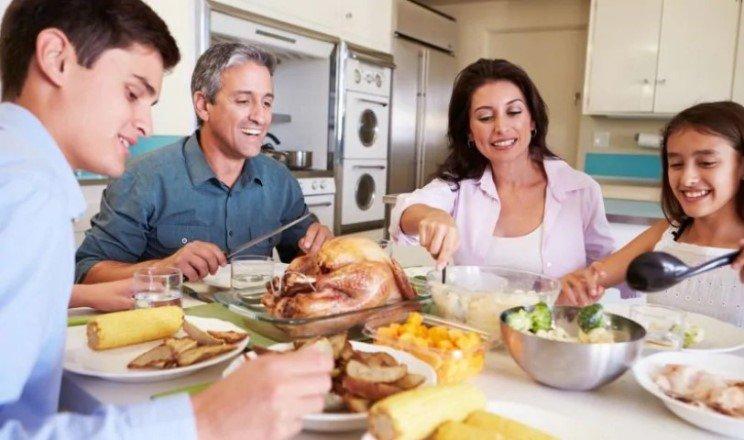 Семейные обеды способствуют улучшению пищевых предпочтений у подростков — независимо от доходов и семейных отношений