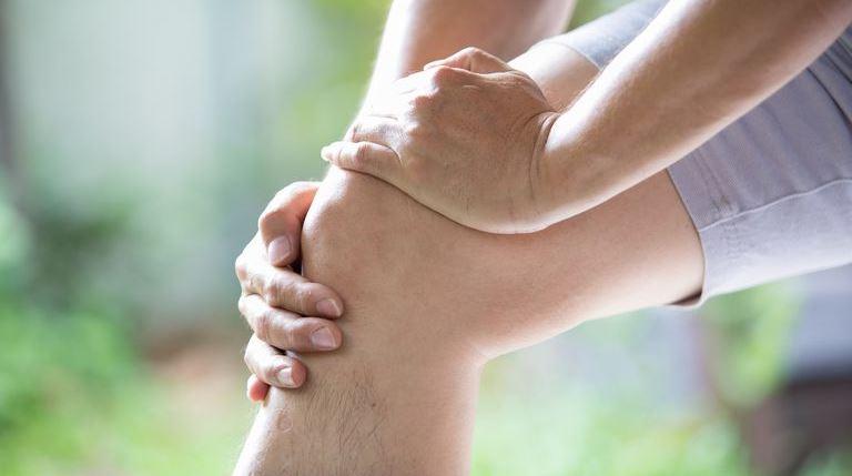 Массаж помогает облегчить боль при артрите и улучшает подвижность суставов