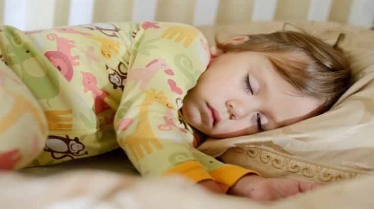 Ученые обращают внимание на важность соблюдения родителям гигиены сна для детей и подростков