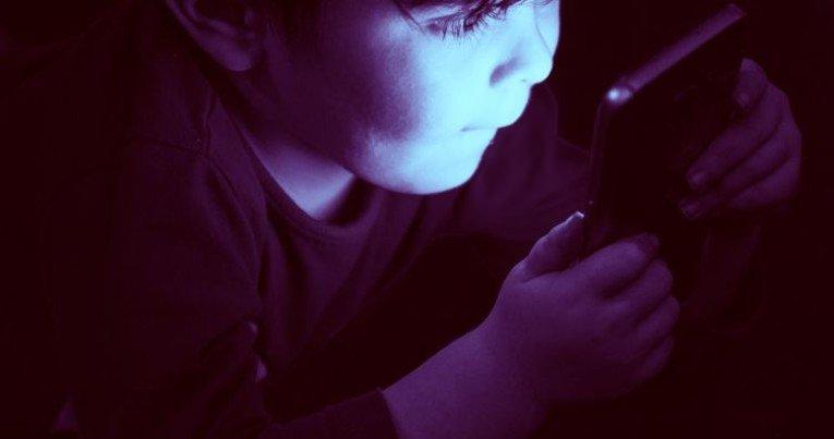 Длительное сидение ребенка перед экраном электронного устройства буквально меняет его мозг