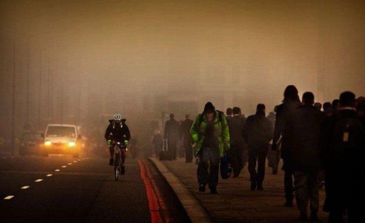 Исследователи считают, что загрязнение воздуха влияет не только на здоровье человека, но и на ощущение им счастья