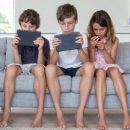 Исследования: дети, которые проводят слишком много времени за экранами гаджетов, впоследствии отстают в развитии мелкой моторики и навыков общения